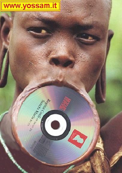 Uno straniero prova a mangiare un cd